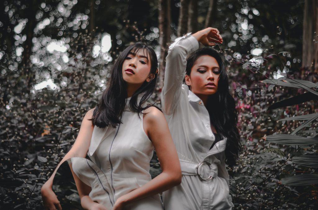 Macacão feminino: duas meninas usando macacão e fazendo pose para foto.